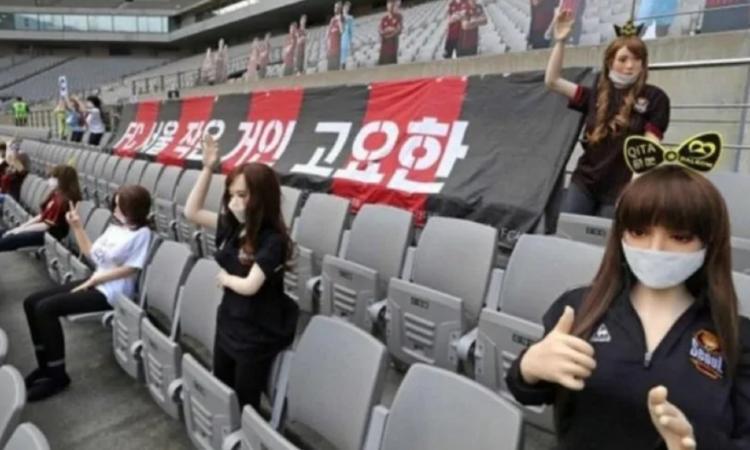 Momenti Di Gioia, incredibile in Corea del Sud: bambole gonfiabili sexy sugli spalti al posto dei tifosi! Poi le scuse