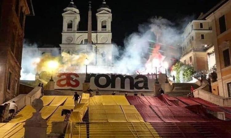 Roma, mega coreografia a Piazza di Spagna per i 93 anni del club  FOTO