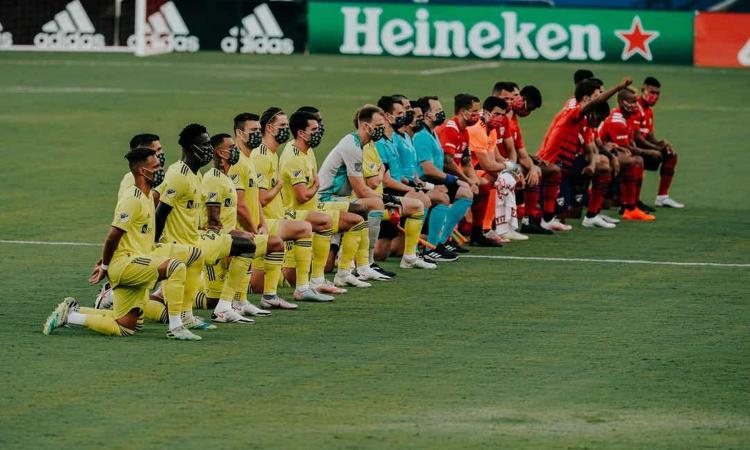 Dallas: fischi ai calciatori che si inginocchiano contro il razzismo. Reazione indignata della MLS
