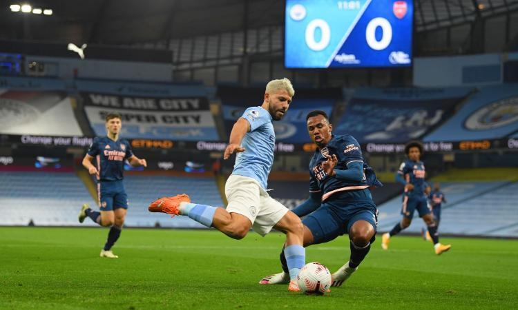 Manchester City: Aguero abbraccia la guardalinee, scoppia la polemica in Premier VIDEO
