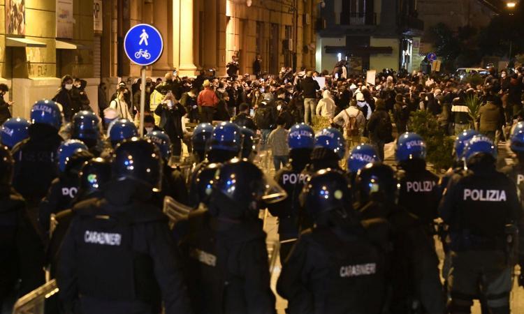 Alta tensione nelle piazze: proteste a Napoli, scontri a Milano e Torino