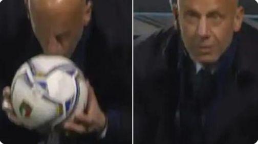 Italia-Polonia, Vialli bacia il pallone: il gesto istintivo che emoziona e fa discutere TUTTI I COMMENTI