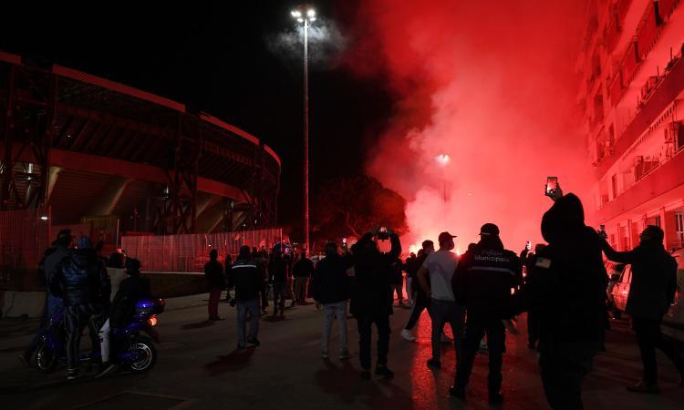 Napoli piange Maradona: flash mob dei tifosi con una fiaccolata fuori dallo stadio