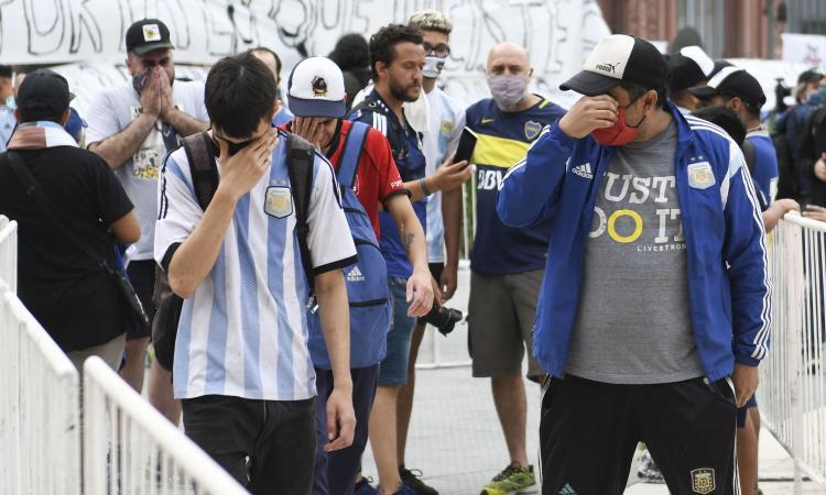 Maradona: camera ardente alla Casa Rosada, centinaia di tifosi in coda per l'ultimo saluto VIDEO