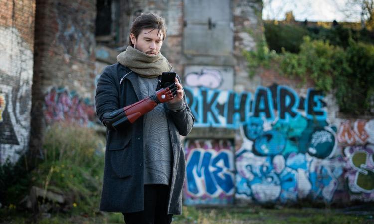 Metal Gear Solid 'sbarca' nella realtà: a un ragazzo inglese il braccio bionico di Snake