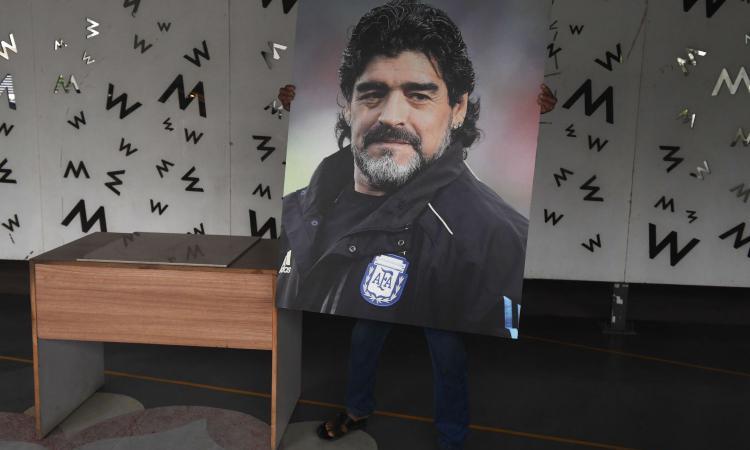 Nuovi dubbi sulla morte di Maradona: il litigio col medico poi sparito. Stasera Napoli con maglia albiceleste FOTO