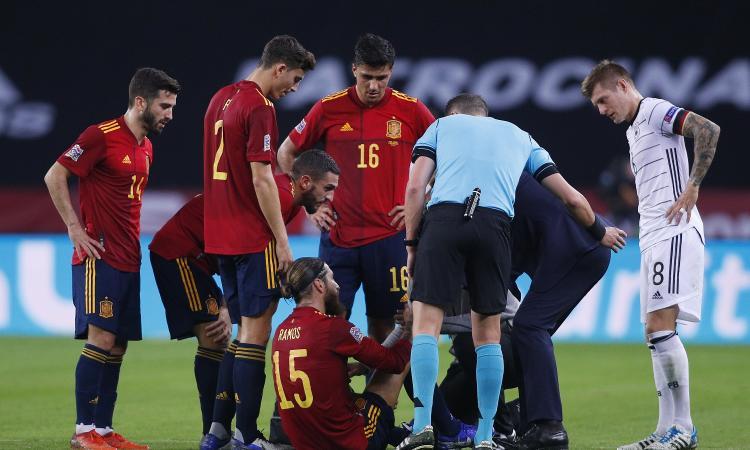 Real, problema muscolare per Sergio Ramos: match di Champions contro l'Inter a rischio. Allarma anche Varane