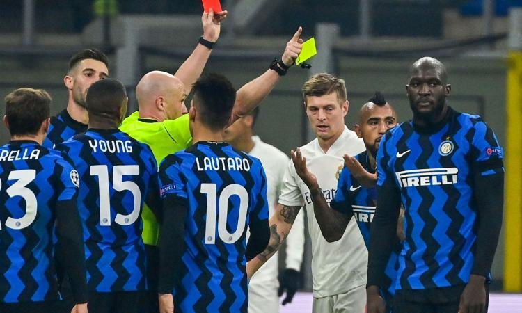Champions, rivivi la MOVIOLA: Vidal chiede un rigore, espulso per proteste. Vazquez trattiene Gagliardini in area