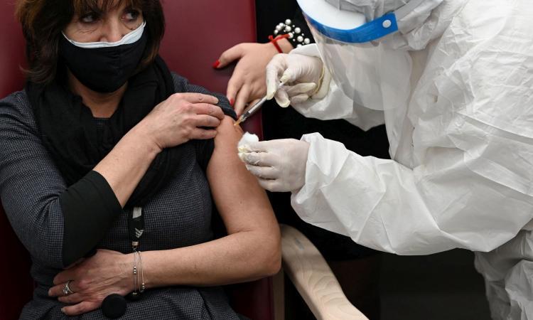 Coronavirus, il bollettino: 9.116 nuovi casi e 305 morti, tasso di positività al 2,9%. Calano i ricoveri
