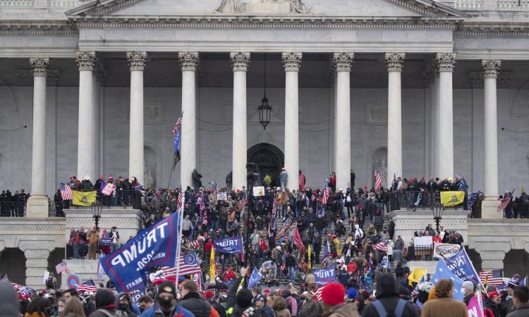 Il disadattamento psichico e sociale dietro all'assalto a Capitol Hill: il delirio complottista non finirà con Trump