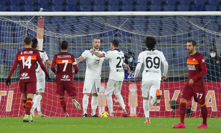 La Roma non c'è più, è fuori di testa: resta in 9 e va fuori dalla Coppa Italia. E che figura con le sostituzioni!