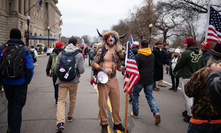 Assalto al Congresso Usa: arrestato Jake Angeli, lo sciamano sostenitore di Trump e simbolo dell'irruzione
