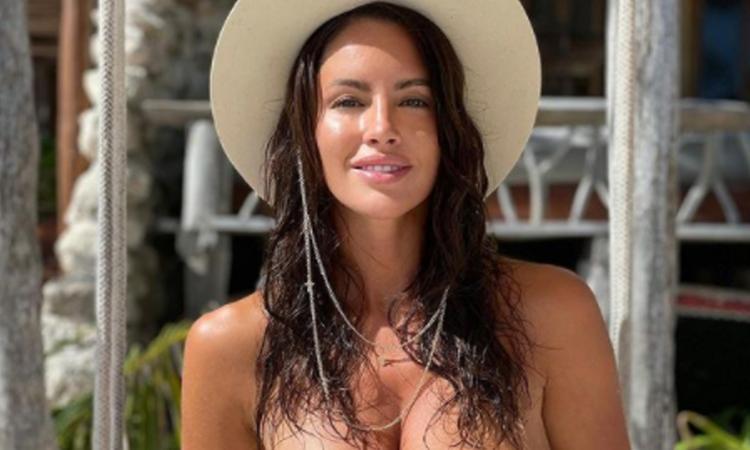 Lucia Javorcekova senza limiti: FOTO in topless coperta solo da una mano