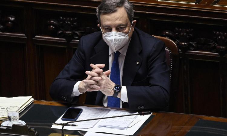 Draghi: 'Basta vaccinare prima gli under 60, con che coscienza si salta la fila? Riaperture in sicurezza, ma non ho data'