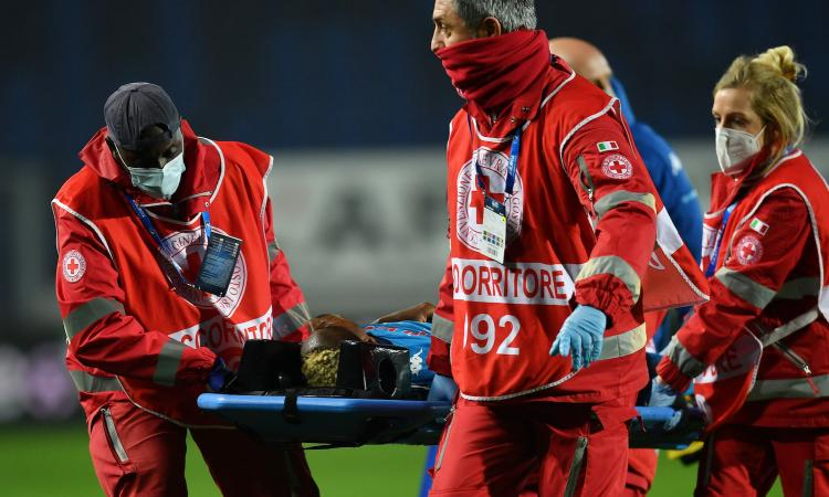Napoli, Osimhen dimesso dall'ospedale di Bergamo. Non ricorda quello che è successo in campo, out col Granada