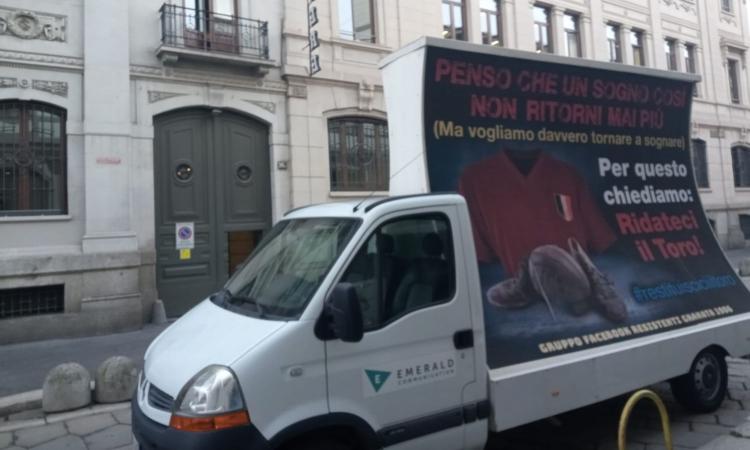 Cairo, la contestazione arriva a Milano: i tifosi del Toro noleggiano un furgone pubblicitario contro il presidente