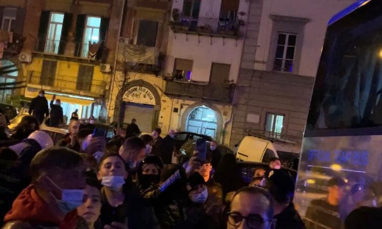 Napoli, contestazione contro la squadra fuori dall'hotel: 'Andate a lavorare, ba...rdi! Cacciate le palle!' VIDEO