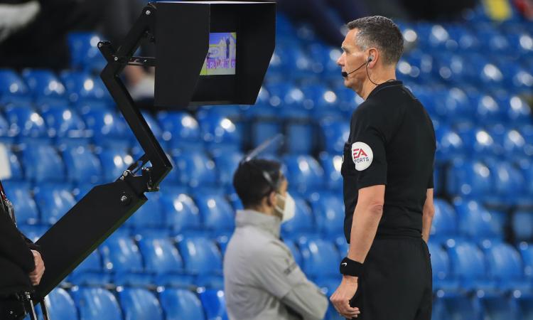 Gli arbitri devono 'pagare' i loro errori? In Premier League funziona così!