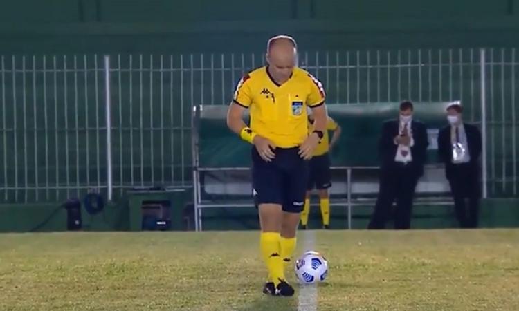 Momenti Di Gioia, clamoroso Brasile: arbitro si fa pipì addosso in campo, la tv riprende tutto! VIDEO