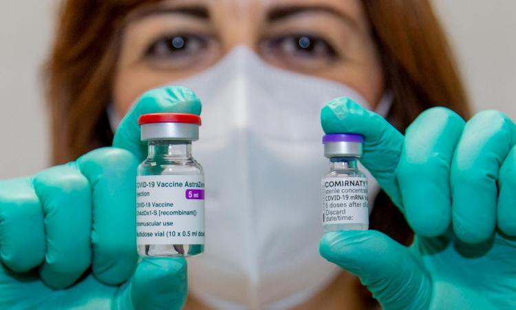 In rosso per un mese e vaccini h24: è il solo modo per vincere la guerra