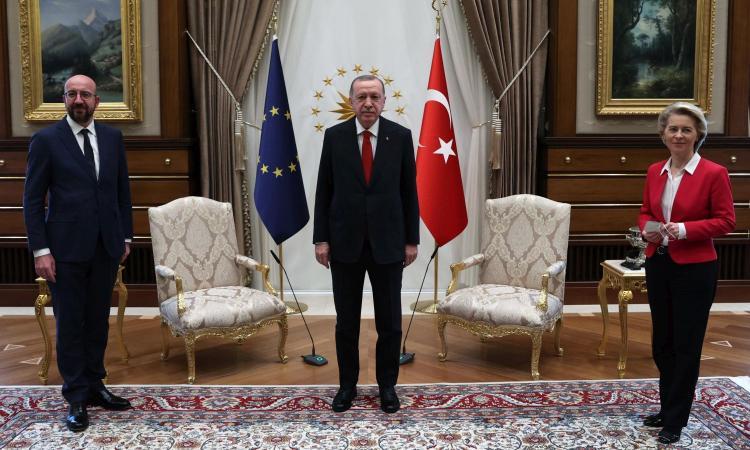 L'UE incontra Erdogan in Turchia, ma per Ursula von der Leyen non c'è la poltrona: costretta a sedersi sul divano