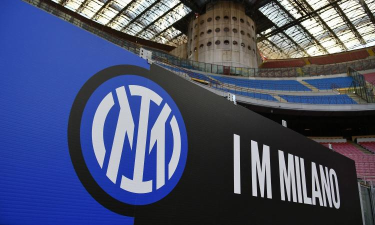Inter, il nuovo logo esposto a San Siro FOTO