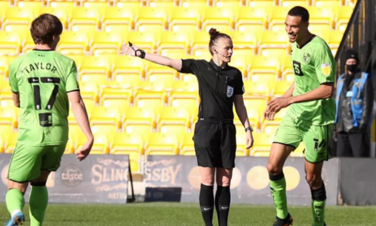 Momenti Di Gioia: Rebecca Welch nella storia, è la prima donna ad arbitrare gli uomini nel calcio inglese