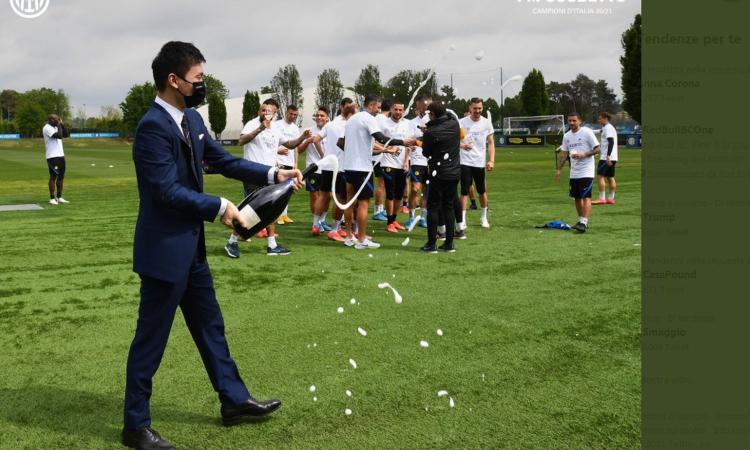 L'Inter festeggia lo scudetto ad Appiano. Il VIDEO di Zhang con la bottiglia, mentre salta con Conte