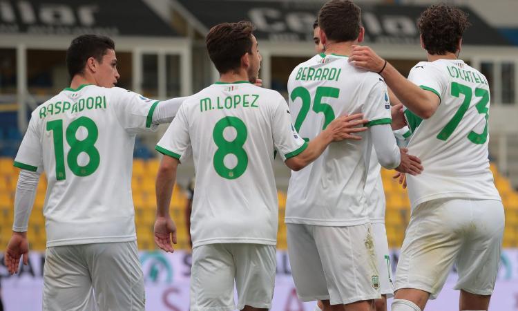 Serie A: il Benevento si fa riprendere al 93' dal Crotone in 10 e vede la Serie B, Cagliari salvo. Vince la Samp. Tris del Sassuolo a Parma: Roma a due punti