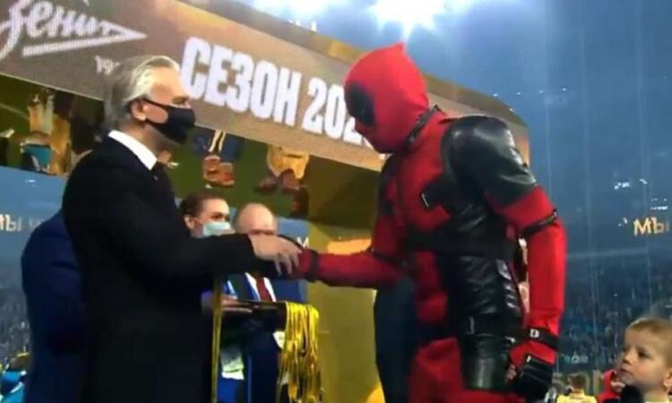 Zenit campione di Russia: Dzyuba si presenta alla premiazione vestito da Deadpool, VIDEO