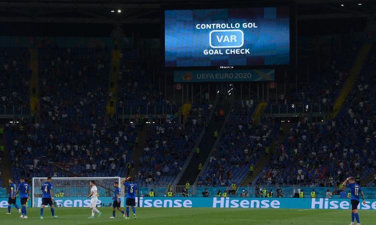 Italia-Svizzera, rivivi la moviola: Chiellini la tocca due volte col braccio, il Var annulla il gol