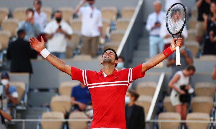 Roland Garros, Djokovic batte Tsitsipas in rimonta ed è campione:  è il suo 19° slam, a meno uno da Federer e Nadal