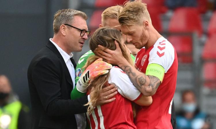 Dramma Eriksen, la moglie in campo: abbracciata da Kjaer e Schmeichel