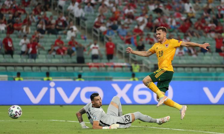 Il Galles batte la Turchia 2-0: uno straripante Ramsey vince la sfida fra numeri 10 con Calhanoglu
