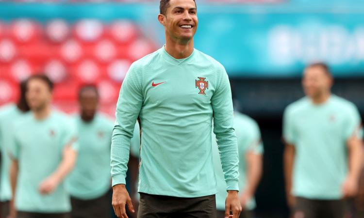 'Scusi, chi è lei?': Ronaldo fermato all'ingresso dello stadio prima della gara con l'Ungheria VIDEO
