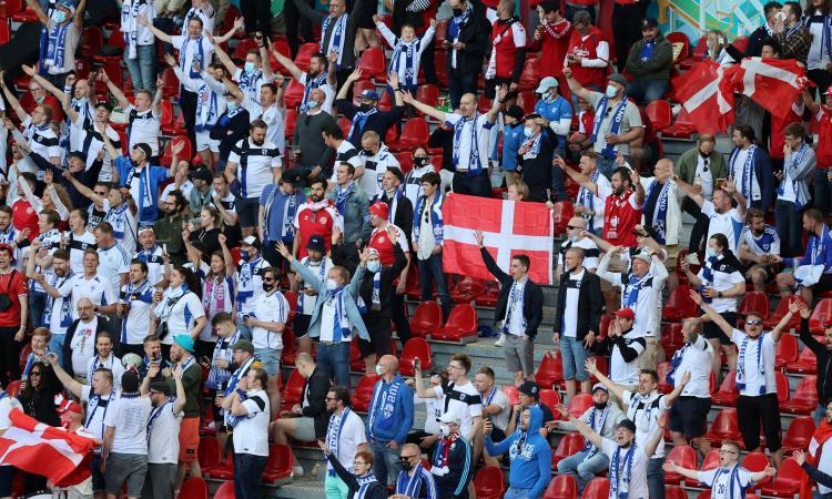 Tifosi in coro insieme: i finlandesi cantano 'Christian', i danesi 'Eriksen' VIDEO