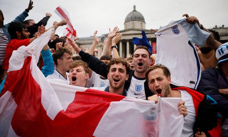 Ucraina-Inghilterra, la Uefa cancella i biglietti per Roma. Controlli serrati anche sui voli verso l'Italia