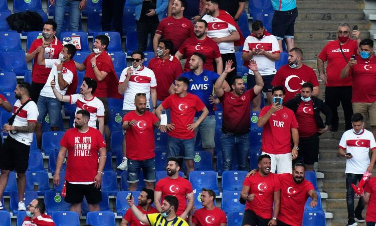 La Turchia vince la sfida sugli spalti: i tifosi italiani sono di più, ma credono di essere a teatro
