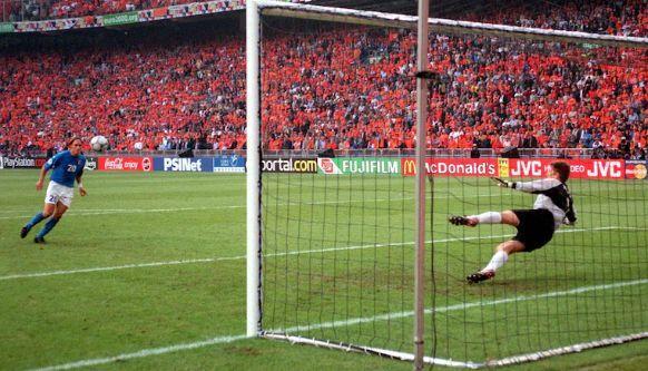 Olanda-Italia, Totti ricorda il cucchiaio: 'Stanno ancora rosicando'. La replica di Seedorf: 'Ma poi avete vinto?'