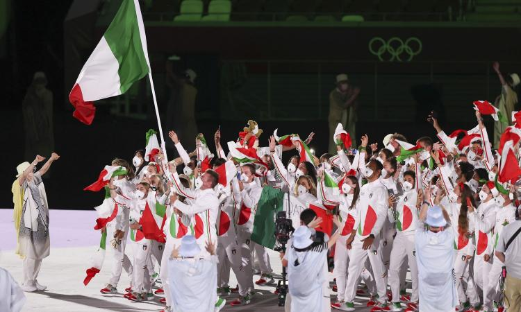 Tokyo 2020, la divisa dell'Italia divide il web: quante critiche per la tuta tricolore FOTO MEME e VIDEO