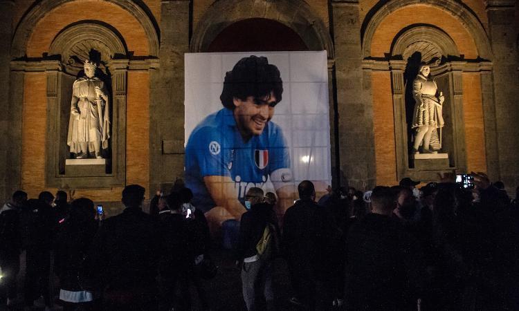 Napoli, caos per le statue di Maradona: club e Comune non si parlano, rapporti ai minimi termini