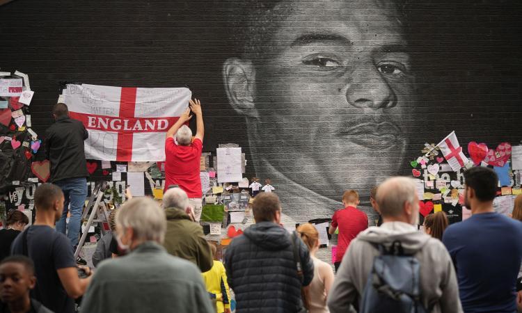 Inghilterra, 4 arresti per insulti razzisti sui social a Rashford, Sancho e Saka. Il capo della polizia: 'Li troveremo tutti'