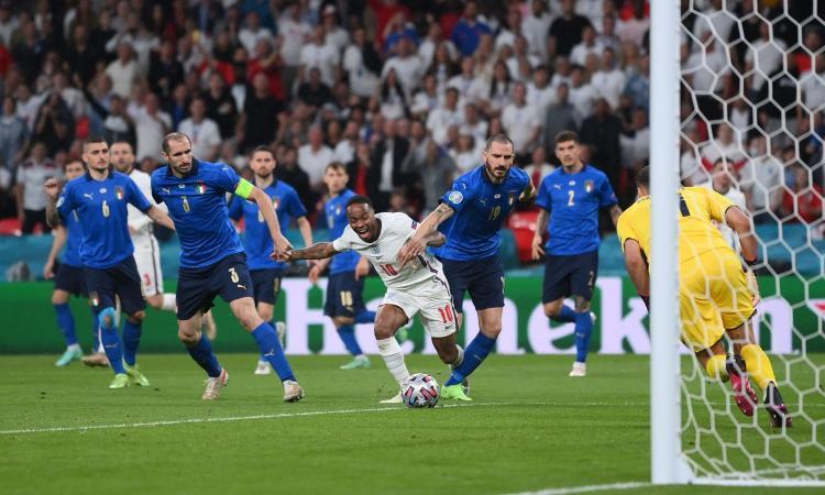Italia-Inghilterra, rivivi la moviola: Bonucci su Sterling, niente rigore. Jorginho rischia il rosso