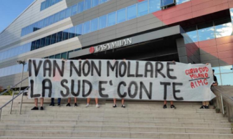 Milan, striscione dei tifosi in sede per Gazidis: 'Ivan non mollare. La Sud è con te'
