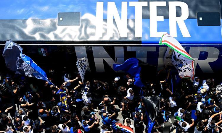 Inter, l'abbraccio dei tifosi: in decine ad Appiano, cori per Eriksen VIDEO