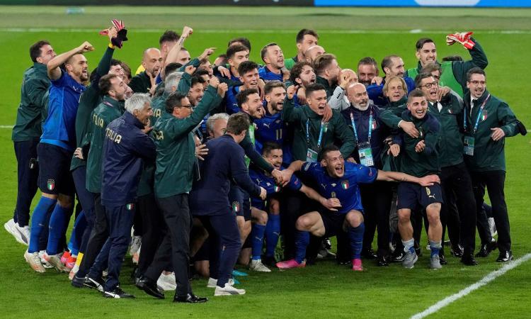 Italia, l'infiltrato nella foto di squadra a Wembley: 'Invitatemi in finale'