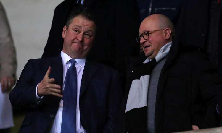 Newcastle, l'ex presidente Ashley festeggia la cessione bevendo al pub per 5 ore!