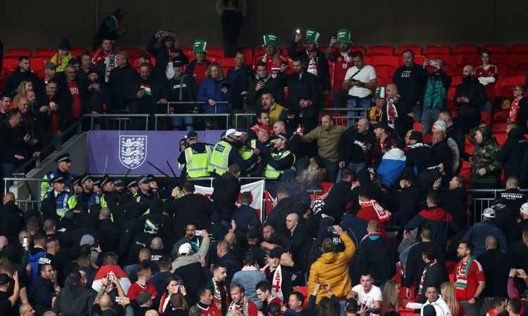 Inghilterra-Ungheria, scontri fra tifosi ospiti e la polizia che ricorre alla forza